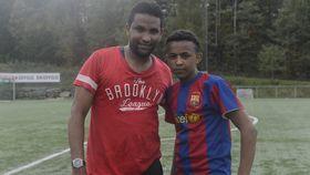 GLADE FOTBALLSPILLERE: F.v. Kamal Ahmedin (25) og Angosom Tesfu (15) synes det er gøy med fotball.