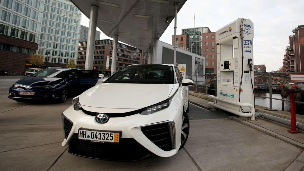 Hydrogenbiler, som Toyota Mirai, begynner så smått å komme i serieproduksjon. Men også Toyota har sett at de må lage ladbare biler i tillegg.