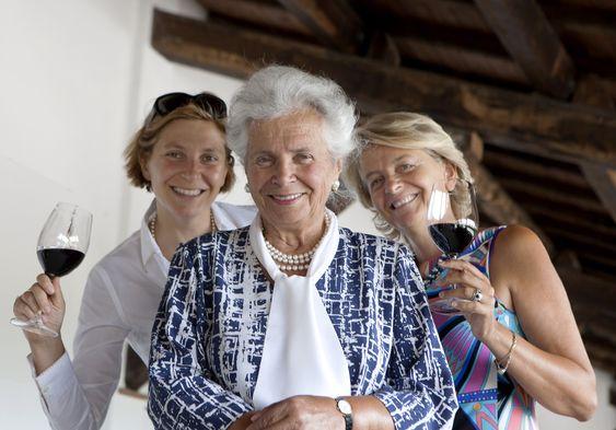 Bak Lungarotti står i dag tre kvinner: Maria Grazia Marchetti Lungarotti med døtrene Chiara Lungarotti og Teresa Severini.