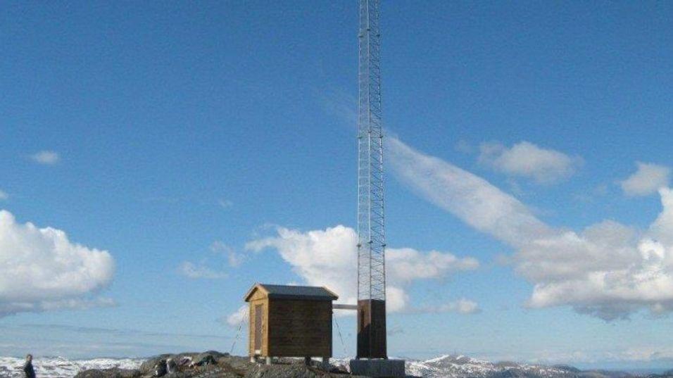 Basestasjonen som ruver over Norkangsen i Osen kommune, har ei 30 meter høy mast. .