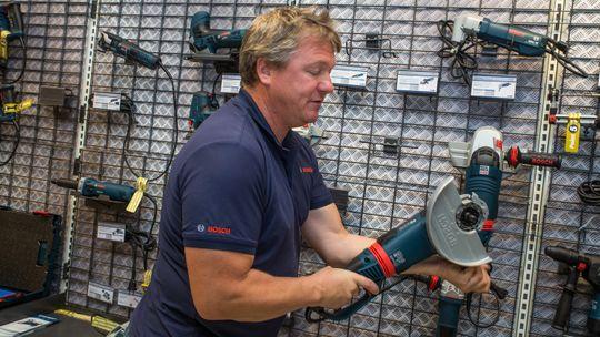HMS-funksjoner kan komme i mange varianter. Her viser Gorm Nilsen fra Bosch en vinkelsliper med vribart håndtak, så anvenderen slipper å holde vinkelsliperen i unødvendig anstrengende posisjoner. I tillegg har den Kickback stopp-funksjon.