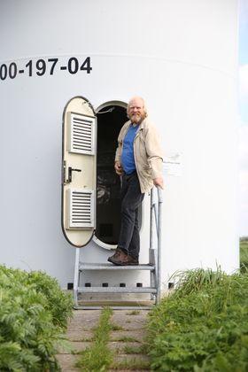 Reinhard Christiansen i Ellhöft, helt nord i Tyskland, viser stolt fram vindmøllen han og de andre innbyggerne på stedet fikk bygget i 2000.