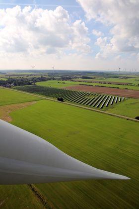Solkraft: På toppen av vindmølle fire ser vi ned på solkraftverket beboerne i Ellhöft har bygget. Rett bak ligger selve tettstedet med 111 innbyggere. Foto: Øyvind Lie