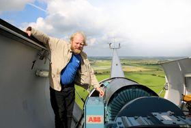 Fantomstrøm: Når det blåser mye, er det ikke plass i nettet til  strømmen fra vindmøllene til Reinhard Christiansen fra Ellhöft i  Schleswig-Holstein. Vindmøllene må skrus av, men eierne får likevel  betalt nesten full pris av det lokale nettselskapet for såkalt fantomstrøm.