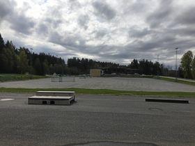 HER VIL DET SKJE: Idrettsmerkene skal deles ut og tas her på grusbanen ved Østre Greverud Idrettspark.