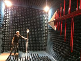Cand. real Karl-Martin Gjertsen tester antenneegenskapene i sensorene i antennehallen ved NTNU i Trondheim.