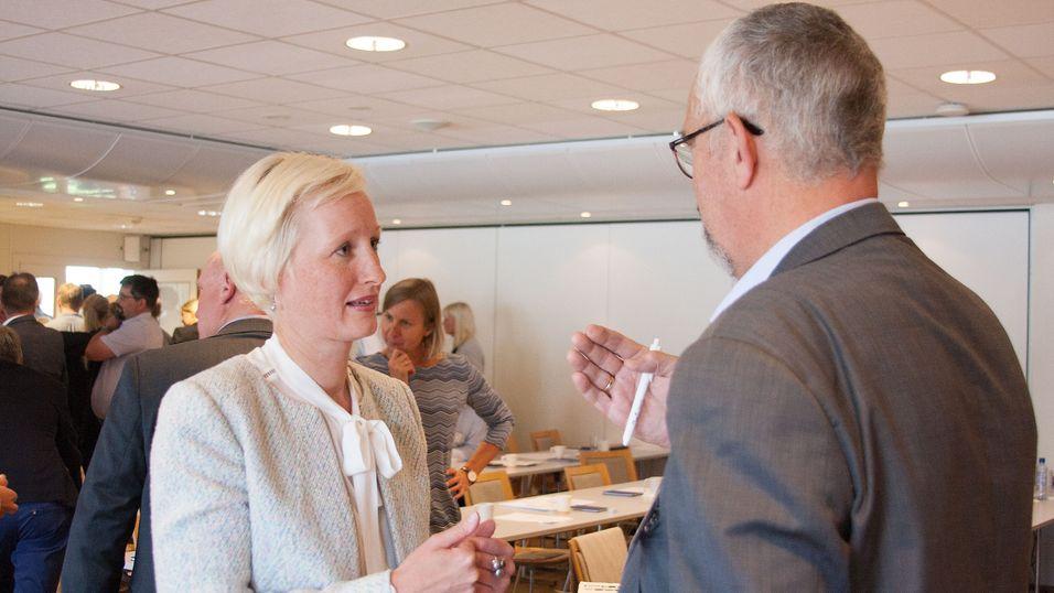 Inge Hansen, prosjektleder for bygging av det britiske nødnettet hos den kommersielle operatøren EE i samtale med direktør Tor Helge Lyngstøl i Direktoratet for nødkommunikasjon under frekvensforum hos Nasjonal kommunikasjonsmyndighet i Lillesand 7. september.