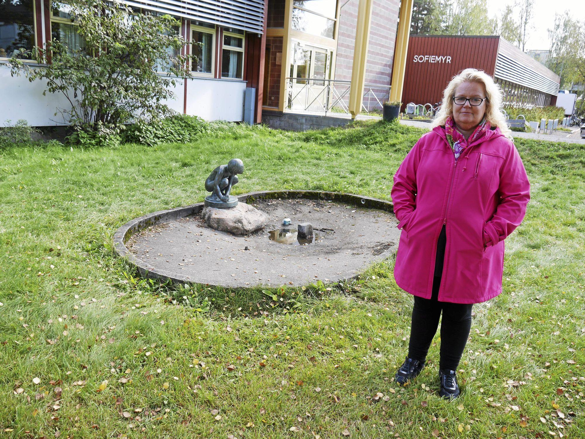 SNAKKER ÅPENT: Nina Birkeland forteller alvorspreget om situasjonen til sønnen hennes på skolen. Nå går han på ny skole, og har en helt annen hverdag.