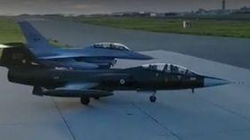 FØLGEFLY: En F-16 fulgte Starfighteren i dag.