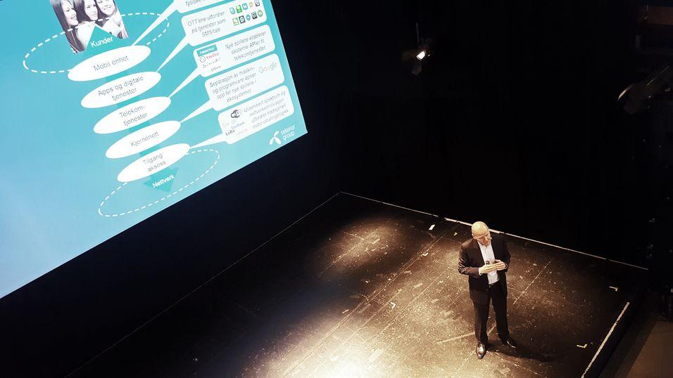 Konsernsjef Sigve Brekke på scenen under konferansen Telecom World i Drammen. Her sa han at Telenor skal gjøre som de globale gigantene og satse på software, noe han mener blant annet den nye avtalen med Evry står som et eksempel på.