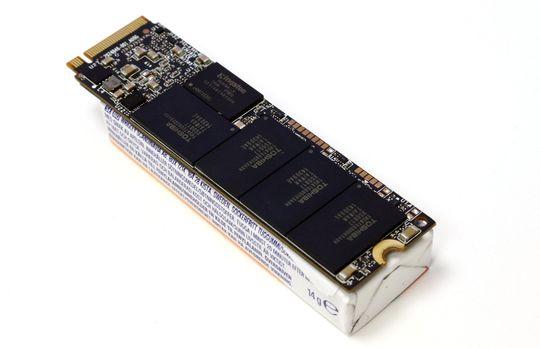 En 2280 M.2-SSD er like bred, langt tynnere og litt lenger enn en vanlig pakke tyggis.