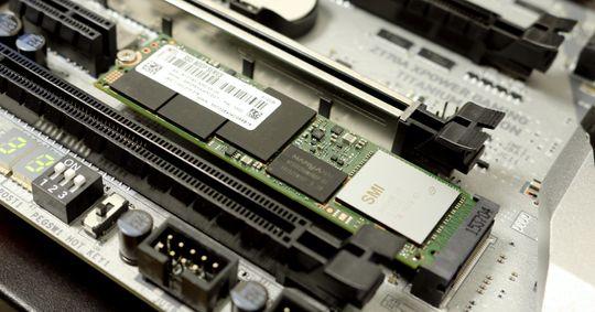 Med M.2-kontakten klemt inn mellom et par PCIe-spor blir det ikke alltid så mye lufting for M.2-disken.
