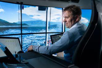 Jann Peter Strand, produktsjef for automasjon og kontroll i Rolls-Royce i simulatoren i Ålesund.