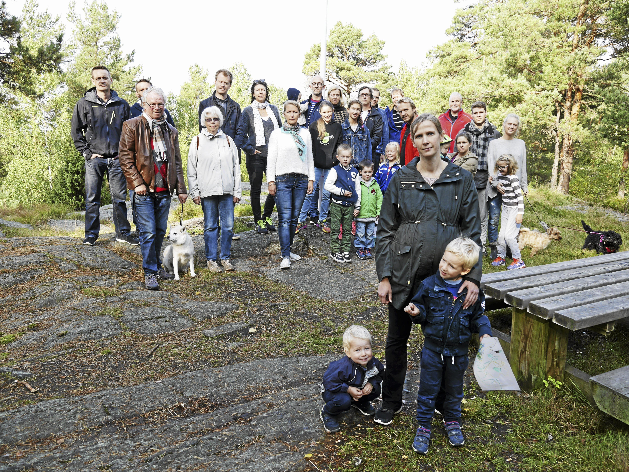 """NABOPROTEST: Det er ikke god stemning for utbygging av skogsområdene på Rikeåsen blant naboene, som nå rasler med sablene og ypper til """"krig"""" mot utbyggingsplanene. I front ser du Ragnhild Heyerdahl."""