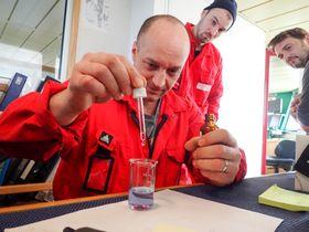 Prosessoperatør Kristian Andersen om bord på M/Tr Molnes sjekker prøver fra anlegget om bord.