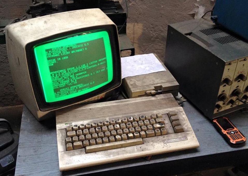 Denne Commodore 64-maskinen skal fortsatt være i bruk - og til nytte - i et bilverksted i Gdansk, Polen.