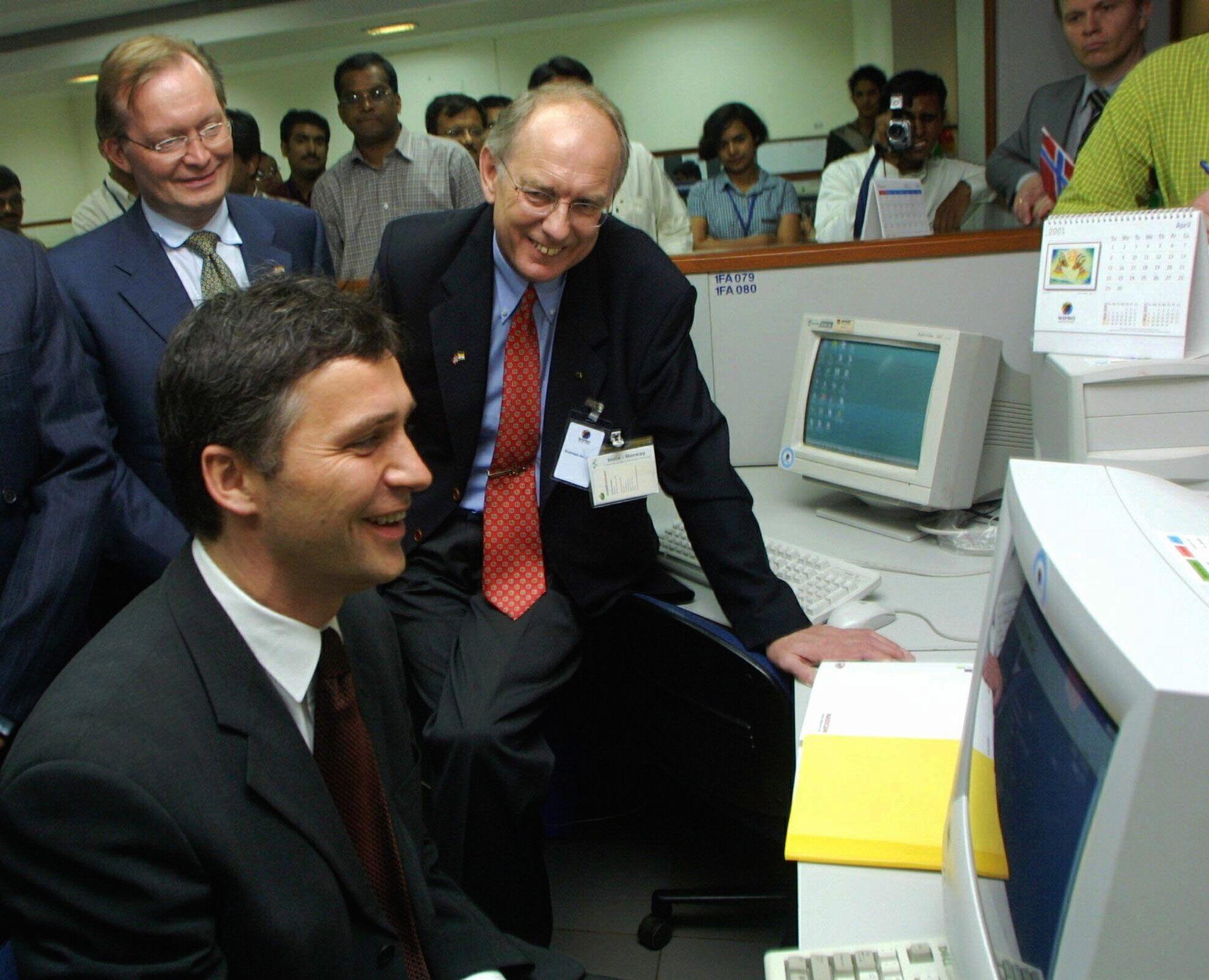 I 2001 valgte Skatterdirektoratet å sette bort endel av sin IT-virksomhet til Wipro Technologies i Banglore, India. Her viste daværende seksjonsjef i Skattedirektoratet, Karl Olav Wroldsen, hvordan det fungerte i praksis, mens daværende statsminister Jens Stoltenberg så på.