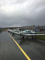 PIPER OG CESSNA: Fra før eier klubbe to fly: Et Piper PA-28 Warrior II og et Cessna 172N Skyhawk.