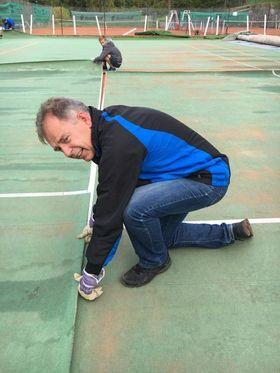 SJEFEN SJØL I ARBEID: Stig Kjønstad, som er leder i Kolbotn Tennisklubb, melder om økt interesse for tennis. Her er passer han på at teppene treffer hverandre med rett linje.