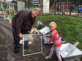 TIDLIG KRØKES: Charlotte, 5 år, er en ivrig tennisspiller og hjelper her Gunnar Dahlquist med å vaske lysannlegget. Dugnadsånd og tennisspil – «hånd i hånd.».
