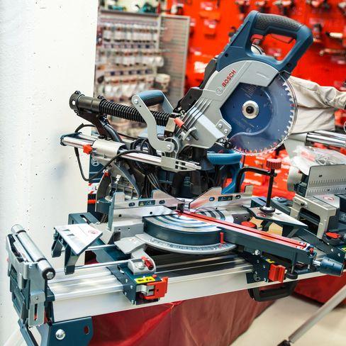 Bosch GCM 8 SDE montert på bord.