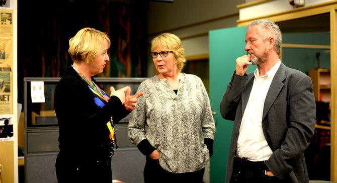 - Folk trudde jo æ va tullat, sier Grethe Gynnild-Johnsen. Det var hun som i sin tid foreslå å kjøre radioprogrammet Dagsnytt Atten på tv også. I dag har det flere seere på NRK2 enn antall lyttere på P2. På bildet: Programleder Anne Grosvold og vaktsjef Alf Hartken.