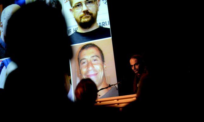 Fadi Abou Hassan initierte ett minutts stillhet i en fullsatt Wergeland-sal på Litteraturhuset.