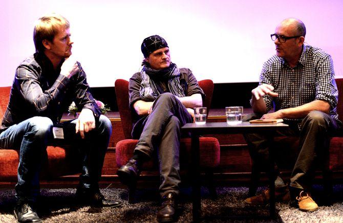 SAMTALE OM KRIG: Kim Riseth, Harald Henden og Peter Beaumont.