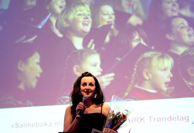 Camilla Tjønn Thingvoll mottok prisen - for et program hun ledet med Odd Rune Wolden og et stort team bak.