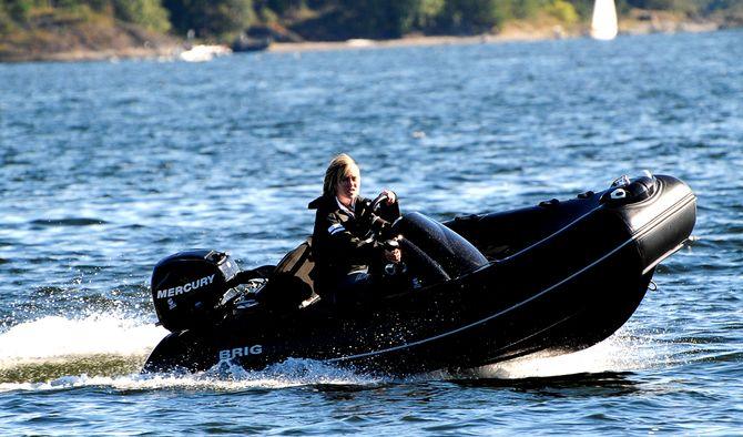 BÅT: En litt yngre Sondre tester båter. (Foto: Privat)