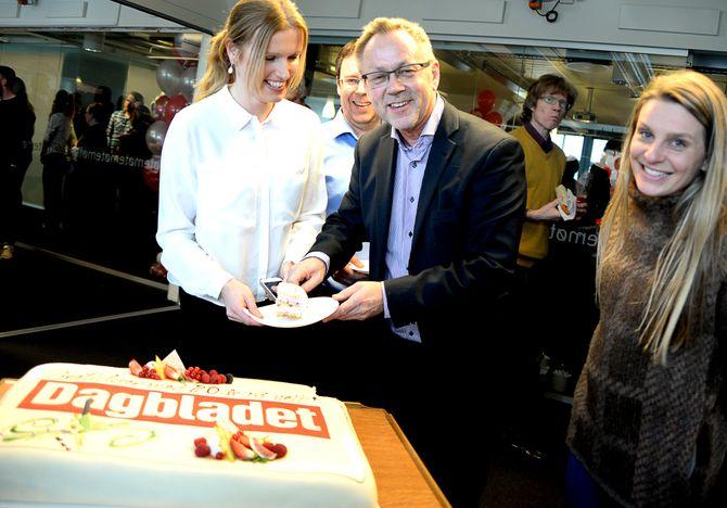 KAKE: Redaktør John Arne Markussen slår hull på kaka. Med på bildet: Redaksjonssjef Hilde Schjerve og journalist Trude Lorentzen. I mellom ser vi også nyhetsredaktør Frode Hansen.