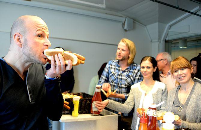 PØLSEFEST: Dagblad-analytiker Arne Bech & kollegene markerte 20 år på nett med pølser.
