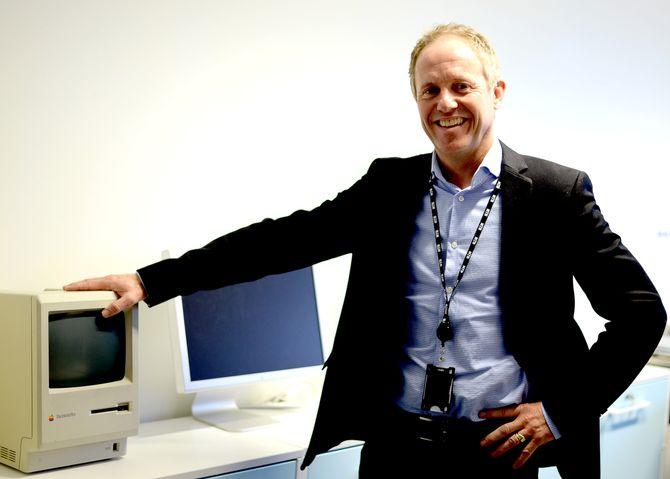 UTVIKLING: Verktøyene har endret seg. Her NTB-sjefen ved siden av en kraftig Mac fra tidlig 90-tall.