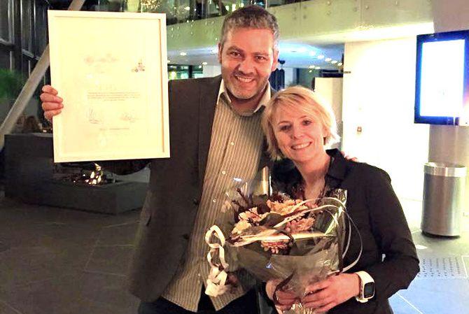 Nordlys vant Mediebedriftenes Landsforenings (MBL) markedspris for 2014. Danny Pellicer, som er prosjektleder for content marketing i Nordlys og salgsdirektør Lena Slåtto. (Foto: Nordlys)