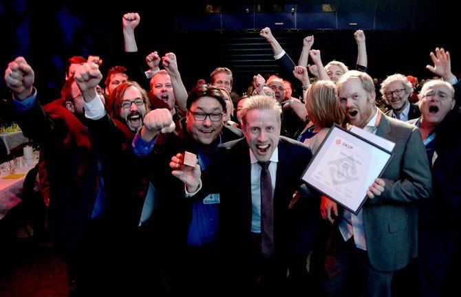 Dagbladet vant: SKUP-vinner KRISTOFFER EGEBERG jublet med resten av Dagbla'-redaksjonen forgravepris våren 2015. Sjefredaktøren sier at man fortsatt skal sette dagsorden.