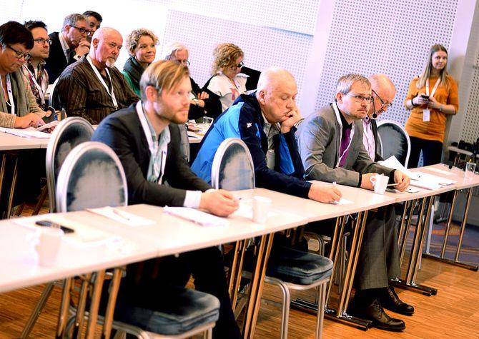 LYTTER: Lokalavislaget og redaktører lytter til debatten.