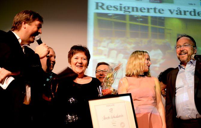 REDAKTØR ASTA BRIMI & Fjuken fikk diplom og hederlig omtale i konkurransen «Årets lokalavis», på LLAs landsmøte i 2015. Her i intervju med konferansier Tore Strømøy.