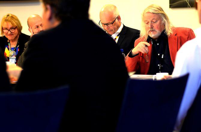 PER EDGAR KOKKVOLD (t.h.), leder av Kringkastingsrådet. Flankert av NRK-sjef Thor Gjermund Eriksen, nyhetsdirektør Per Arne Kalbakk og distriktsdirektør Grethe Gynnild-Johnsen.