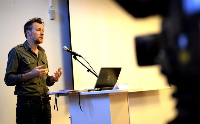 FREDRIK SKAVLAN snakker til Kringkastingsrådet 22. april 2015. (Foto: Gard L. Michalsen)