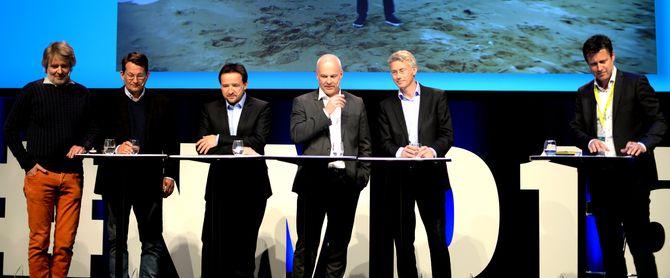 Fra venstre: VG-publisher Torry Pedersen, SBS-sjef Harald Strømme, MTG-sjef Morten Micalsen, NRK-sjef Thor Gjermund Eriksen og TV 2-sjef Olav Sandnes. Debattleder Trygve Rønningen til høyre.