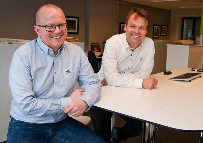 Per-Kristian Bratteng (til venstre) er redaktør i Åndalsnes Avis. Til høyre: Styreleder Ole Bjørner Loe Welde. Bildet er fra da Bratteng ble ansatt i fjor. (Foto: Ellinor Rothe Rørvik, Åndalsnes Avis)