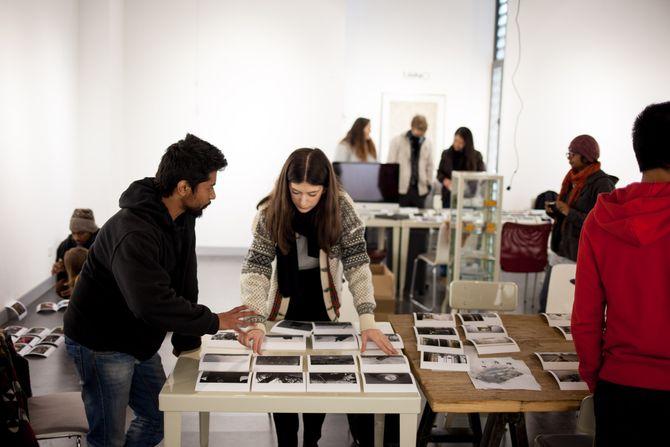 Reportasjeredigering på Mino Art Center i Kunming. Melisa Fajkovic og Mahtab Nafis. (Foto: Patrick da Silva Sæther)
