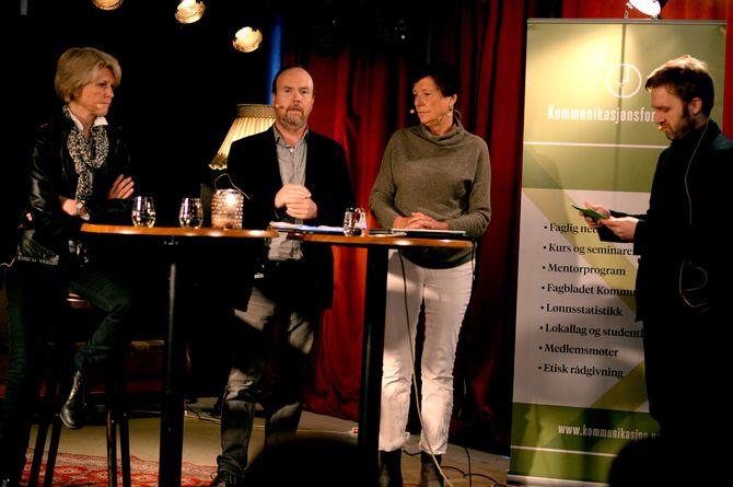 Siri Gedde-Dahl, Arild Aspøy og Elisabeth Kjær. Til høyre; debattleder og styreleder Nils Petter Strømmen i Kommunikasjonsforeningen.