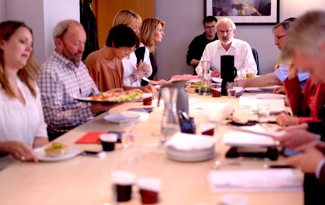 STYRET I NORSK PRESSEFORBUND, under et møte i 2015. Ved enden av bordet; styreleder Gunnar Kvassheim.