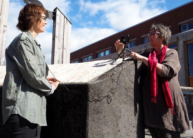 Lisbeth Morlandstø og Hege Lamark øver på videointervju med mobil. (Foto: Bengt Engan)