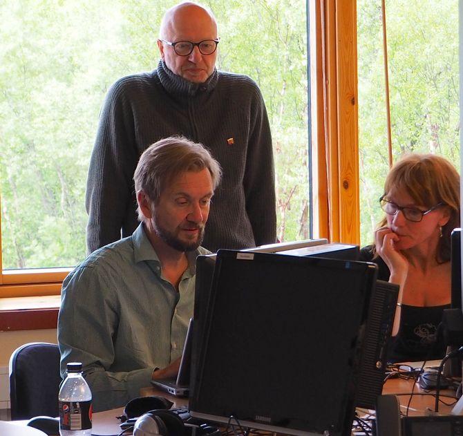 UiN-lærerne har blitt kurset i framtidas journalistikk: Trygve Aas Olsen (IJ) viser Fritz Breivik og Anki Gerhardsen hvordan statistikk kan gjøres forståelig gjennom avansert visualisering.