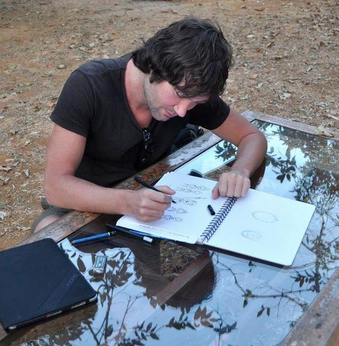 Sverre tegner mange forskjellige steder - aller minst hjemme.
