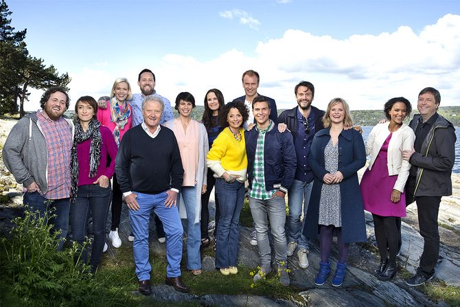 POPULÆRE: Programlederne for Sommerbåten har fått mange seere. Fra venstre: Ronny Brede Aase, Ingerid Stenvold, Carina Olset, Dan Børge Akerø, Tarjei Strøm, Jeannette Platou, Ida Nysæther Rasch, Nadia Hasnaoui, Atle Bjurstrøm, Atle Pettersen, KåŒre Magnus Bergh, Ingrid Gjessing Linhave, Haddy N'Jie og Tore Strømøy. (Foto: NRK)