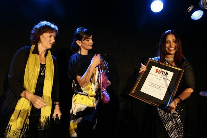 GIJC I 2008: Fra utdelingen av Global Shining Light Award i 2008 på Lillehammer. Vinneren Sonali Samarasinghe med diplom, fra venstre: Sandra Barlett and Tamara Urushadze. (Foto: SKUP)