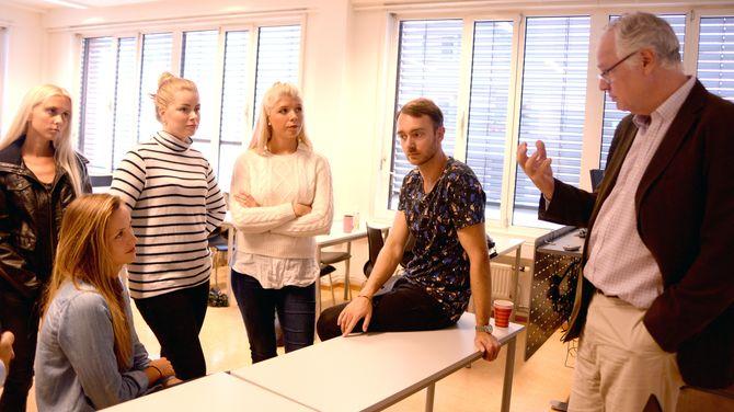 Robert Wallaca Vaagan gir sine råd til studentene. Fra venstre: Vilde Brabrand Urfjell, Marit Dale Aal, Cecilie Tveten, Marte Ovenberg og Andreas Løhren.